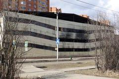 Parkeren met meerdere verdiepingen na een brand Exemplaar-verdonkerde vensters met brandwond uit auto's binnen stock fotografie