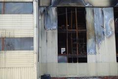 Parkeren met meerdere verdiepingen na een brand Exemplaar-verdonkerde vensters met brandwond uit auto's binnen royalty-vrije stock foto's