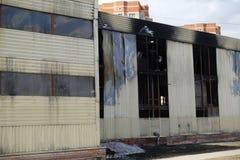 Parkeren met meerdere verdiepingen na een brand Exemplaar-verdonkerde vensters met brandwond uit auto's binnen royalty-vrije stock afbeeldingen