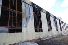 Parkeren met meerdere verdiepingen na een brand Exemplaar-verdonkerde vensters met brandwond uit auto's binnen royalty-vrije stock foto