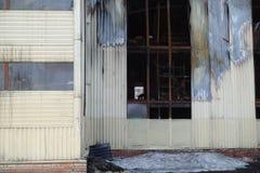 Parkeren met meerdere verdiepingen na een brand Exemplaar-verdonkerde vensters met brandwond uit auto's binnen royalty-vrije stock afbeelding