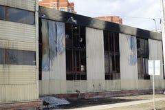 Parkeren met meerdere verdiepingen na een brand Exemplaar-verdonkerde vensters met brandwond uit auto's binnen stock afbeeldingen