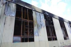Parkeren met meerdere verdiepingen na een brand Exemplaar-verdonkerde vensters met brandwond uit auto's binnen stock foto's