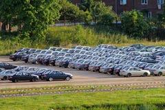 Parkeren met partij van auto's stock afbeeldingen