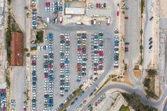 Parkeren van auto's en bussen, met wegen en een einde in de stad, lucht hoogste mening stock fotografie