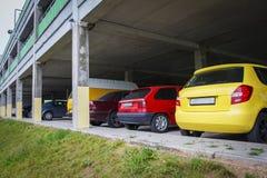 Parkeren voor auto's in de stad Auto's op het parkeerterrein Stock Afbeelding
