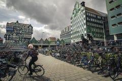 Parkeren voor fietsen dichtbij Inntel-Hotels Stock Foto