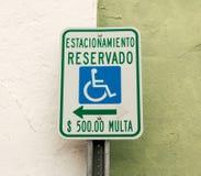 Parkeren voor gehandicapten slechts in het Spaans wordt gereserveerd dat Royalty-vrije Stock Afbeeldingen