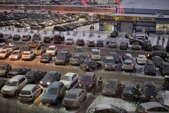 Parkeren voor het winkelcentrum in de winter stock afbeelding