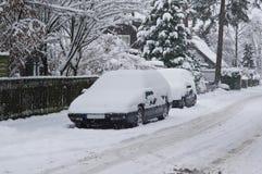 Parkerenauto's met sneeuw worden behandeld die Royalty-vrije Stock Afbeeldingen