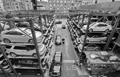 Parkerengarage op verscheidene niveaus in de Stad van New York Stock Afbeelding