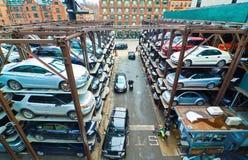 Parkerengarage op verscheidene niveaus in de Stad van New York Stock Foto