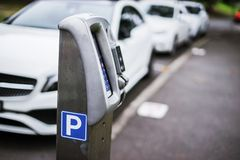 Parkerenmachine of Parkeermeters met elektronische betaling in de stadsstraten stock foto's
