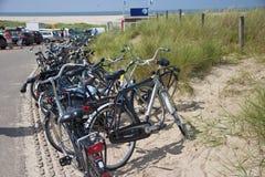Parkering av cyklar nära sätter på land Arkivfoton