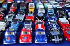 Parkering av lilla model bilar Arkivfoto