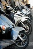 Parkering av sparkcyklar i italienaren Milan - bild arkivfoton