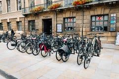 Parkering för cyklar i Cambridge Arkivfoton