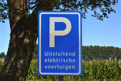 Parkering för elbilar endast. arkivfoto