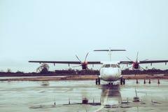 Parkering för propellernivå på flygplatsen under regn arkivfoton