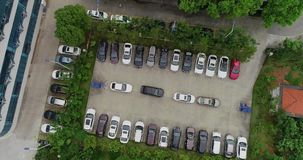 Parkering i metropolisen som parkerar problem, den flyg- sikten, flyg över olagligt, parkerar stock video