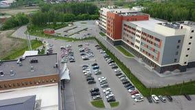 Parkering nära köpcentret Bilar parkeras eller lämnar parkeringsplatsen stock video