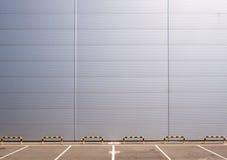 Parkering och vägg Arkivbild