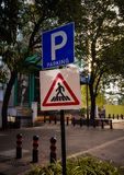 parkering och zebramarkering teckenbräde på vägrenen stock illustrationer
