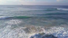 Parkering på den stormiga kustlinjen av det stora havsskeppet arkivbild