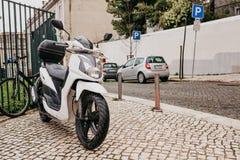 Parkering på gatan i Lissabon i Portugal En motorcykel, en bil och en cykel parkeras på gatan eps-mappen grupperas varje bestånds Royaltyfri Fotografi