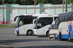 Parkeringen av turist- bussar på denRyssland utställningmitten moscow Royaltyfri Foto