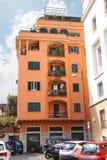 Parkeringsbilar i borggården av ett hus i Rome, Italien Fotografering för Bildbyråer