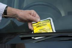 Parkeringsbiljett på bilvindrutan Royaltyfria Bilder
