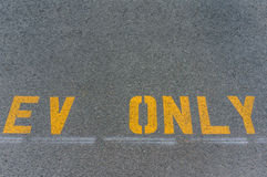 Parkeringsfläck för elektriska medel endast Arkivbild