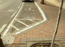 Parkeringsfläck sparad för rörelsehindrad person, markerat med vit målarfärg Arkivbild