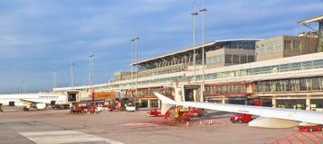 Parkeringsflygplan i den moderna terminalen 2 i Hamburg Arkivbilder