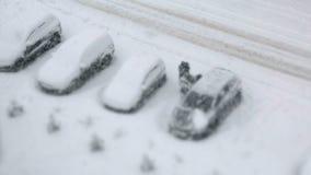 Parkeringshus med snö-täckte bilar i vinter stock video