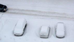 Parkeringshus med snö-täckte bilar i vinter arkivfilmer