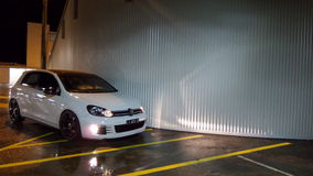 Parkeringshus på natten Fotografering för Bildbyråer