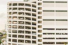 Parkeringshusbyggnad i en mitt av staden Arkivbilder