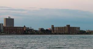 Parkeringshusbyggnader som fodrar den Detroit stranden på skymning Arkivbild