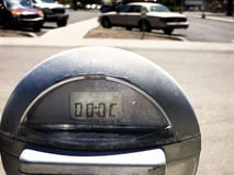 Parkeringsmeter i lott Arkivfoto