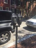Parkeringsmeter på Philadelphia Washington Square West, trottoar för röd tegelsten, Sunny Day Street plats Arkivbild