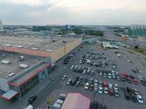 parkeringsområde av den Auchan gallerian i Moskva Arkivbilder