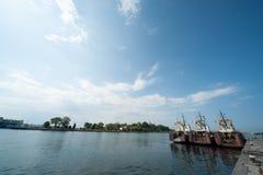 Parkeringsplats av fisketrålare i havsporten av Sozopol Royaltyfri Foto