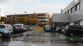 Parkeringsplats bredvid en supermarket stock video