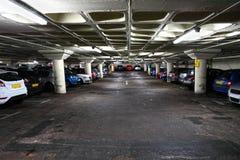 Parkeringsplats med bilar Arkivbilder