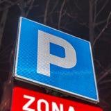 Parkeringsplats med nummer av authoriszdparkeringstecknet Royaltyfria Bilder