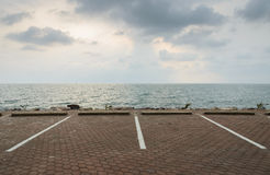 Parkeringsplats med seascape Arkivbilder