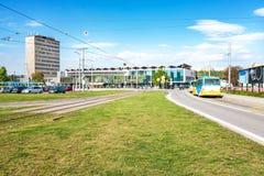 Parkeringsplats, spårvagnstopp och hållplats framme av den huvudsakliga järnvägsstationen i Kosice Slovakien arkivbild