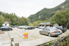 Parkeringsplatsen i det stora Dragon Waterfall landskapområdet Royaltyfria Bilder